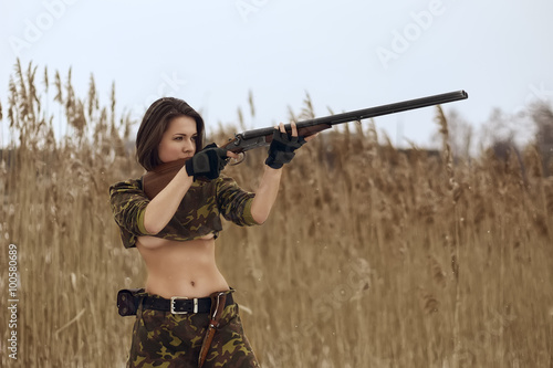 Poster Chasse pretty girl shoting from hunting rifle