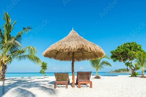 Fotografie, Obraz  Léto, cestování, dovolená a svátky koncept - Plážová lehátka a