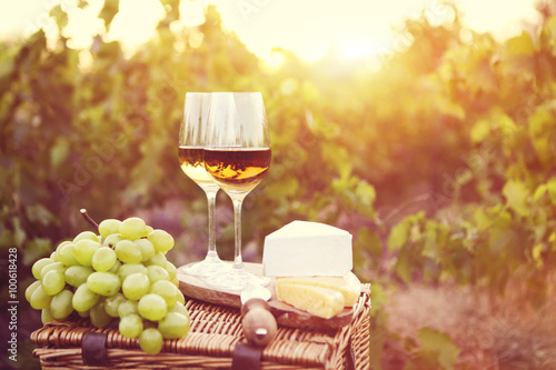 Fotografia  Various sorts of cheese and two glasses of white wine