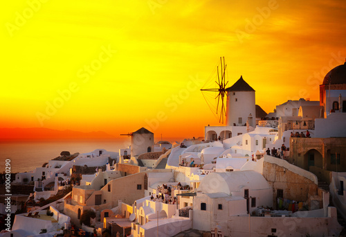Foto auf Gartenposter Gelb windmill of Oia at sunset, Santorini