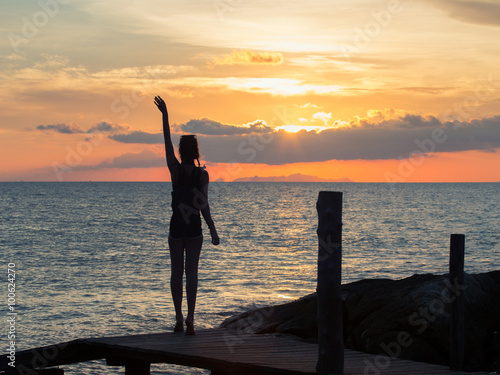 Photo  Girl and sunrise on the sea