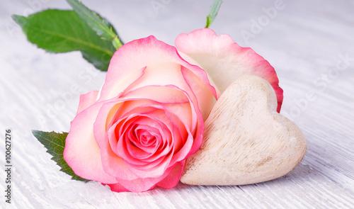 piekna-rozowa-roza-z-drewnianym-sercem