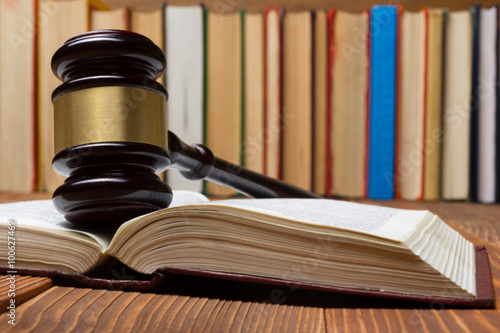 Fotografía  Law book with wooden judges gavel on table in a courtroom or law enforcement office