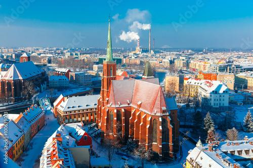 Widok z lotu ptaka Ostrowa Tumskiego z kościołem Świętego Krzyża i św. Bartłomieja z katedry św. Jana w zimowy poranek we Wrocławiu