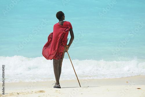 In de dag Zanzibar Zanzibar spiaggia con ragazzo Masai