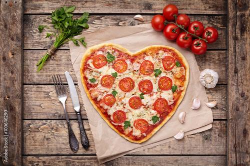 serca-w-ksztalcie-pizzy-margherita-milosc-koncepcja-na-walentynki-z-mozzarella-pomidorami-pietruszka-i-czosnkiem-na-tle-drewniany-stol