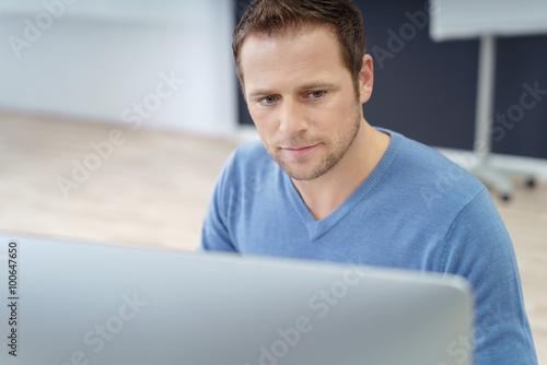 Fototapeta geschäftsmann schaut konzentriert auf pc obraz na płótnie