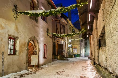malowniczy-widok-na-ulice-tallina-w-zimowy-wieczor