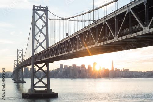 swiatlo-sloneczne-most-w-zatoce