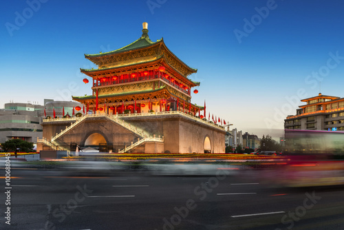 Photo  ancient tower at dusk in xian city wall ,China