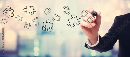 Fotografía  Businessman drawing Puzzles concept