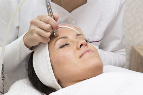 Fotografía  Young beautiful woman gets skin treatment