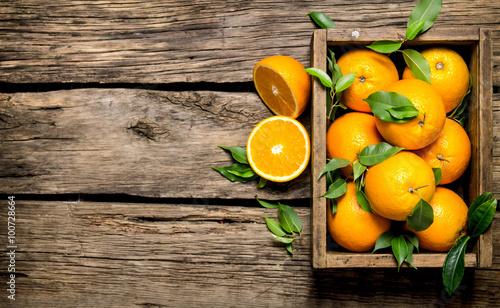 pomarancze-z-liscmi-w-starym-pudelku