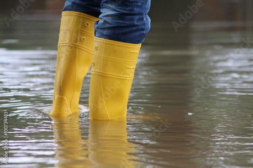 Stiefel im Hochwasser Fototapet
