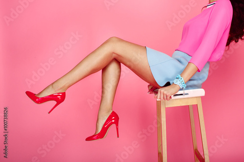 Fotografia Female legs with red heels