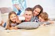 Glückliche Familie mit zwei Kindern macht ein Selfie