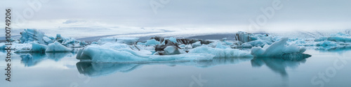 Poster Gletsjers blue icebergs with fog in ice lagoon in Iceland