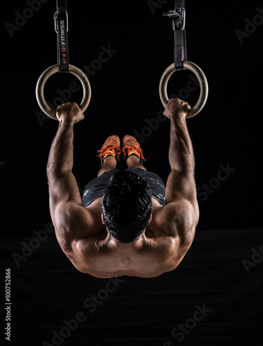 Body Builder on Gym Rings Fotobehang