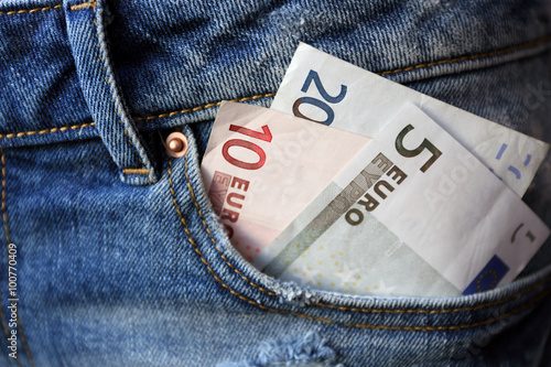 Fotografía  Euro banknotes in jeans pocket closeup