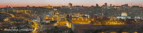 Cuadros en Lienzo Jerusalem - The Panorama from Mount of Olives to old city at dusk