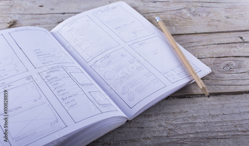 Boceto layout sketch sobre papel de aplicación para teléfono móvil dibujado a lápiz