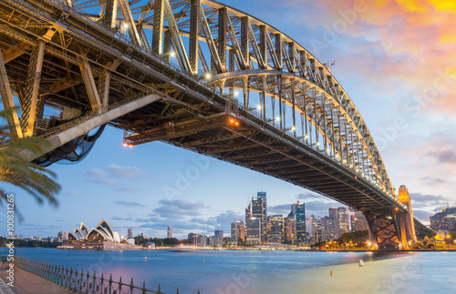 Fotobehang Brug Magnificence of Harbour Bridge at dusk, Sydney