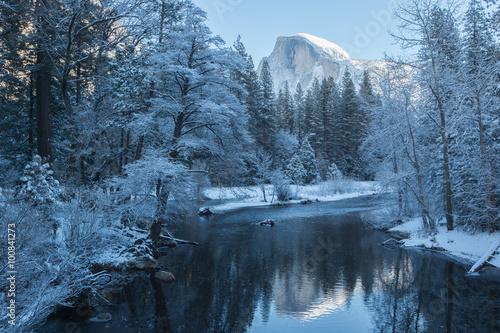 Valokuva  haft dome reflection in yosemite national park winter
