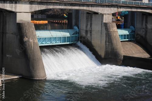 Fotobehang Dam ダムの放流