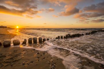 zachód słońca nad morską plażą zimą
