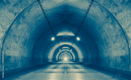 La pose en embrasure Tunnel Interior of an urban tunnel at mountain without traffic..