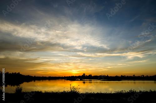La pose en embrasure Coucher sunset at the lake