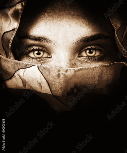Fotografía Woman with veil and beautiful eyes