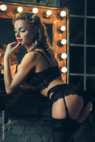 Photo Glamour vintage sexy woman sensualy posing in lace lingerie