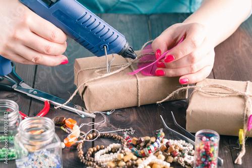 Foto  Woman glue gift box