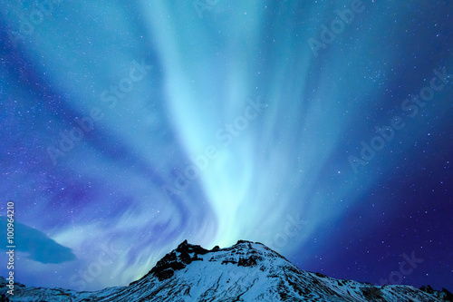 Photo sur Aluminium Aurore polaire Northern Light aurora over at snow Mountain Iceland