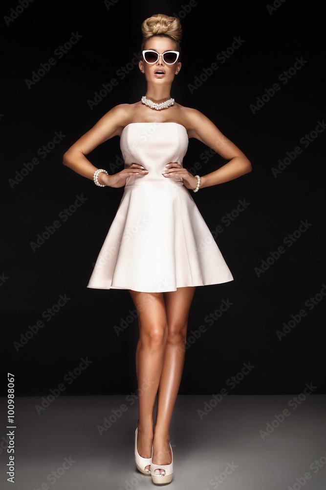 Fotografía Fashionable young girl posing.