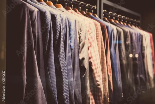 Fotografie, Obraz  Muži vyhovuje ve vitríně z obchodu s oblečením.