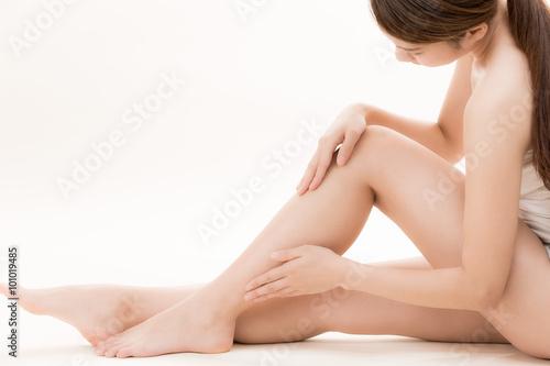 Fotografia  脚をケアする女性