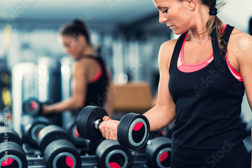 Papiers peints Fitness Exercising in front of the mirror in modern gym