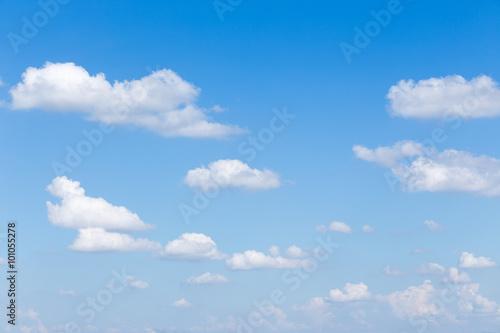 chmury-i-tlo-blekitnego-nieba