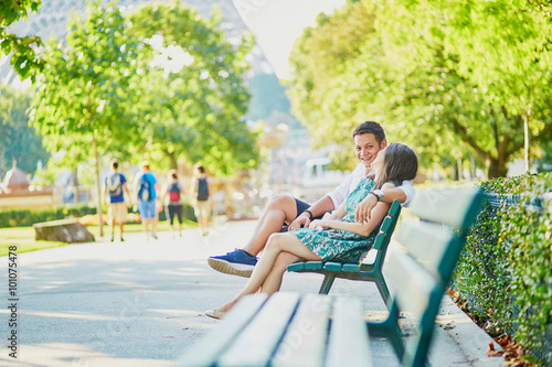 Canvas Print Happy dating couple on a bench in a Parisian park