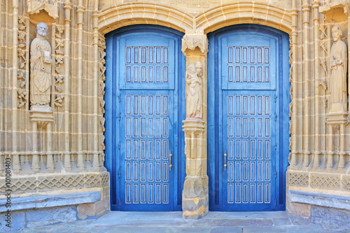 Photo double blue church doors in guernica, basque country, spain
