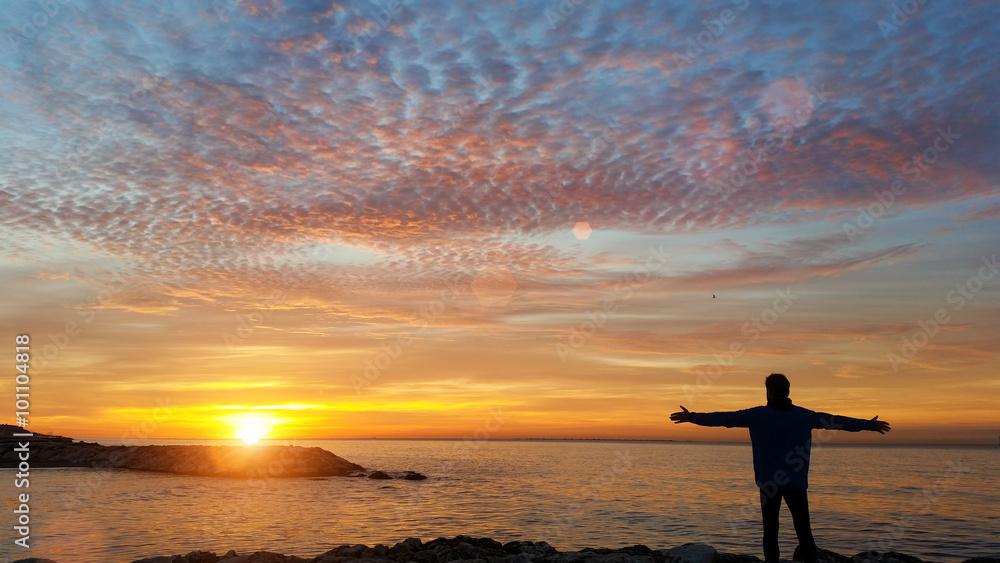 Fototapety, obrazy: Man watching sunrise