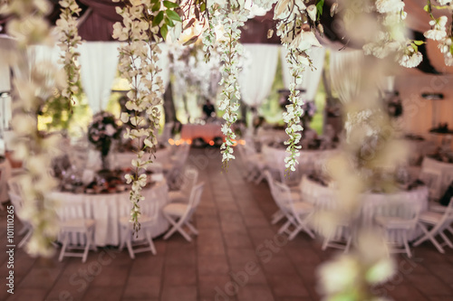 Photo  flowers decoration on wedding banquet with tables and catering