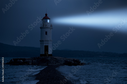 Photo Lighthouse in Vladivostok shines at night in the sea