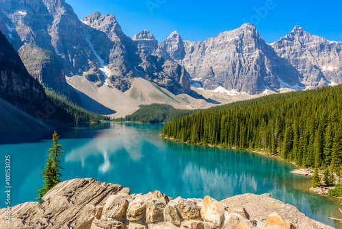 Poster Bergen Majestic mountain lake in Canada. Moraine Lake in Alberta, Canada.
