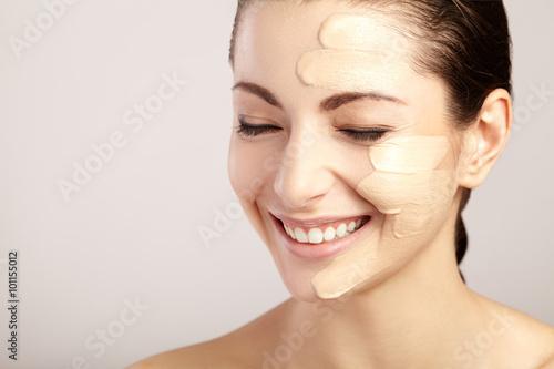 Poster  Schönes Gesicht der Frau mit kosmetischen Grundlage, auf der Haut