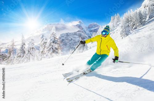 Fotografía  Skier skiing downhill in high mountains