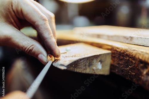 Foto Jeweler crafting jewelry