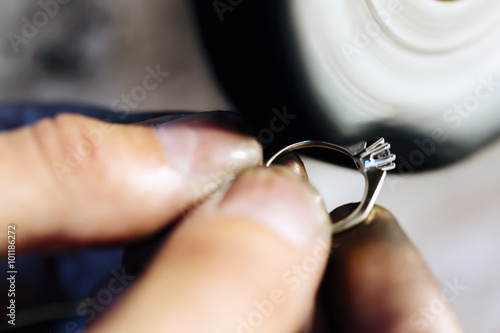 Fotografia  Jeweler polishing jewelry